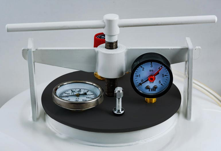 Термометр, манометр, клапан накачки и сброса давления на крышке автоклава Беларусь Люкс